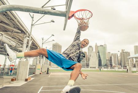 Professional slam dunks. Basketbalspeler het uitvoeren van trucs op de baan Stockfoto