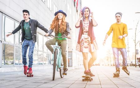 Grupo de adolescentes que hacen actividades en una zona urbana. concepto de la juventud y la amistad Foto de archivo - 54083734