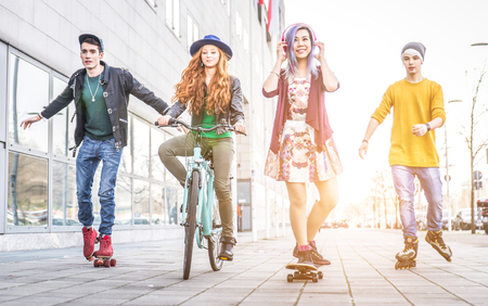 Gruppe Teenager-Aktivitäten in einem städtischen Gebiet zu machen. Konzept über die Jugend und Freundschaft