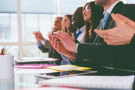 manos aplaudiendo: aplausos negocio. grupo de hombres de negocios aplaudiendo durante una convenci�n de negocios Foto de archivo