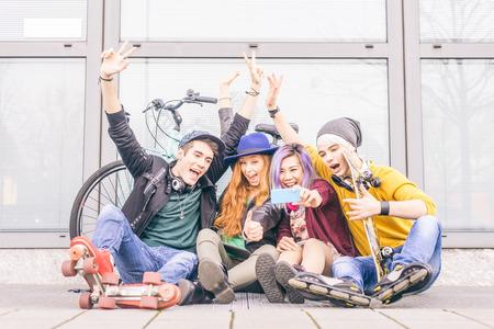 Grupo de gente joven alegre que toma un autorretrato y divertirse al aire libre - los adolescentes felices que se fotografían