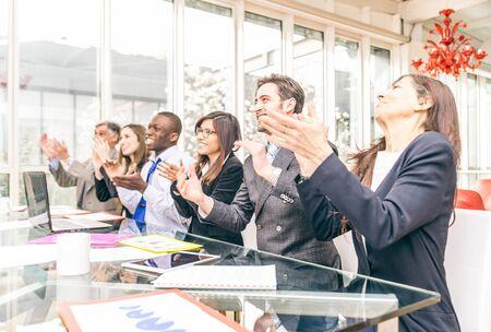 manos aplaudiendo: Grupo multirracial de la gente de negocios aplaudiendo felicitar a su jefe