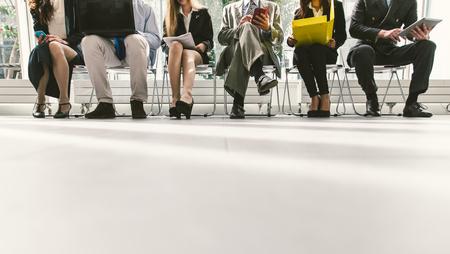 Rij van mensen uit het bedrijfsleven te wachten voor een interview. Concept over het bedrijfsleven en beroepen