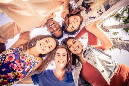 친구 여름 휴가에 카메라를 찾고 및 웃고 - 열대 해변에서 재미 젊은 사람들의 Multicutural 그룹 스톡 콘텐츠