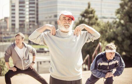 hacer footing: Grupo de personas mayores hacer footing en el parque