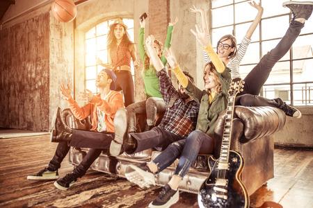 grupo de raza mixta de adolescentes que se divierten en el sofá
