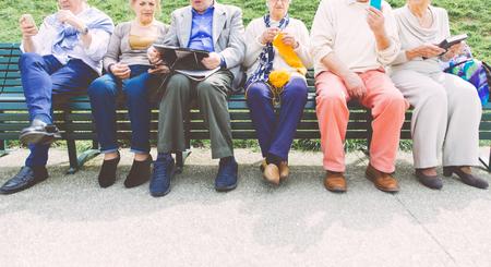 Groupe de personnes âgées faisant activités de plein air Banque d'images - 55653251