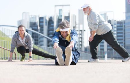 Grupo de personas mayores que hacen deporte en la mañana
