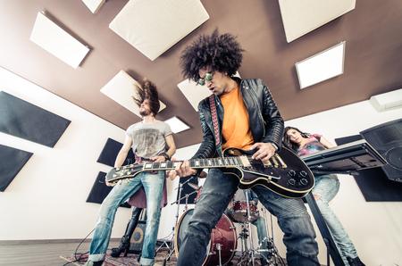Rock band jouant hard rock dans le studio. Concept sur le divertissement et la musique Banque d'images - 55653546