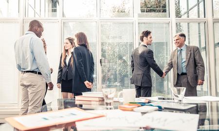 Team van succesvolle mensen uit het bedrijfsleven - Business team brainstormen in het kantoor