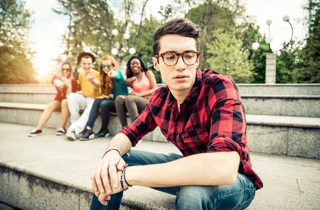 Jongen gepest op school - Jonge studenten het maken van plezier van een jonge jongen op de middelbare school