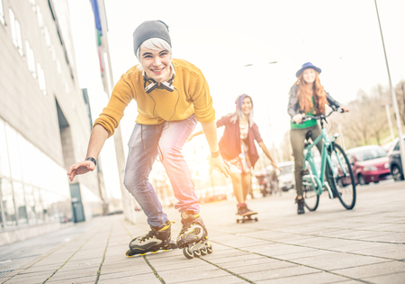 Groupe d'adolescents faisant des activités dans une zone urbaine, Concept sur la jeunesse et de l'amitié - jeunes amis ayant distraction en plein air