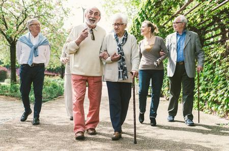 昔の人が歩いて屋外をグループ化します。