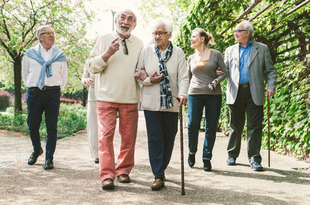 persona caminando: Grupo de personas mayores que caminan al aire libre