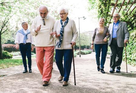 Grupo de personas mayores que caminan al aire libre Foto de archivo