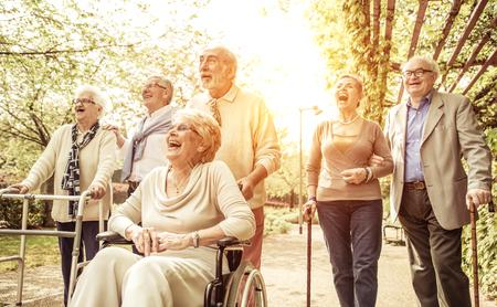 jubilados: Grupo de personas mayores que caminan al aire libre