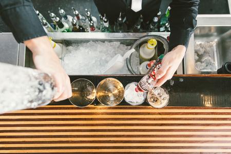 Barman at work. Bartender preparing cocktails Standard-Bild