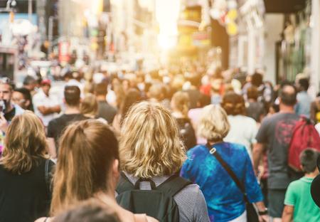 Massa irriconoscibile di persone che camminano in città Archivio Fotografico