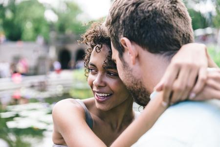 couple heureux en appréciant en plein air de temps. concept amour avec une relation de race mixte