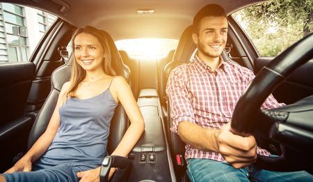 Paar rijden in een sportwagen Stockfoto