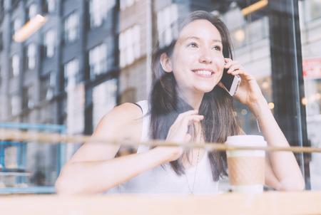 Pausa caffè all'interno di un negozio