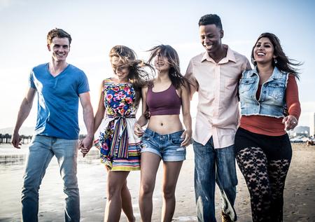 Happy amis sur la plage Banque d'images