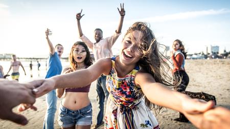 Groep vrienden met plezier en dansen op het strand. Spring break feest op het strand Stockfoto