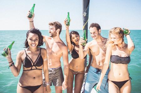 Znajomi czyni imprezę na łodzi