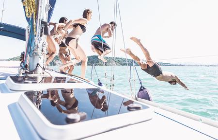 Amici che fanno parte sulla barca Archivio Fotografico - 65089735