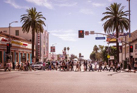 semaforo peatonal: Hollywood, CA - 08 DE OCTUBRE DE, 2015: Paseo de la fama en la puesta del sol en Hollywood Boulevard. En 1958, el Paseo de la Fama fue creado como un homenaje a los artistas que trabajan en la industria del entretenimiento.