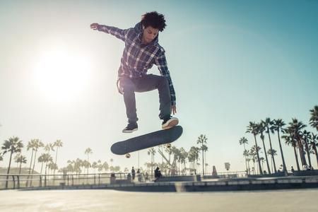 スケーターの少年スケート公園で練習