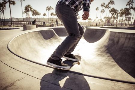 Skater boy practicing at the skate park Banque d'images