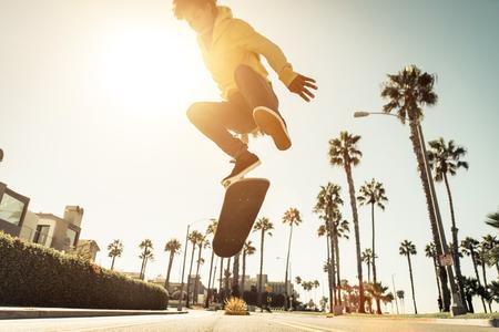 ロサンゼルスの路上でスケーターの少年。ベニス、カリフォルニアでスケート ボード