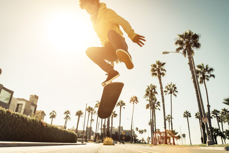 Skater boy on the street in Los angeles. Skateboarding in venice, California Banque d'images