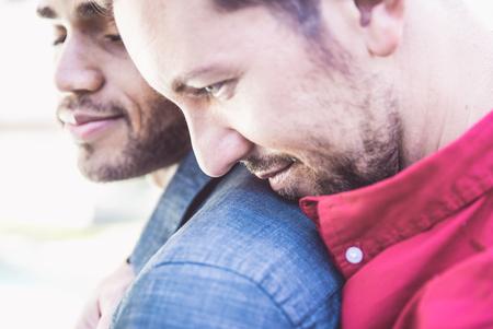 게이 커플 초상화. 사랑스러운 감정을 나눠주는 두 소년 스톡 콘텐츠