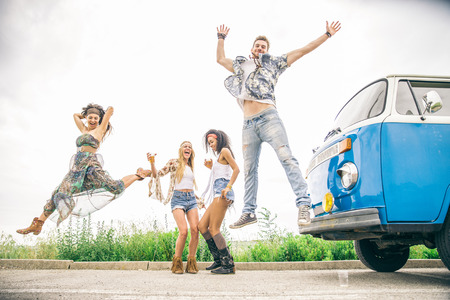 mujer hippie: grupo multiétnico de amigos que se divierten en un viaje de verano - La gente joven feliz que conduce en la naturaleza, beber y bailar Editorial