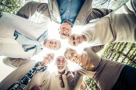 Gruppo di gente maggiore incontro all'aperto - Vecchi amici riuniti all'aperto