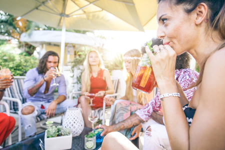 バーでカクテルを飲んで友人のグループ レストラン - クラブでパーティーを持っている人々 写真素材