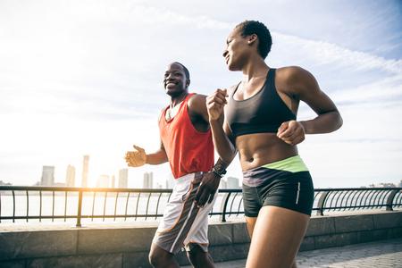 ニューヨークの陽気な男と屋外で女性トレーニングを実行するカップル 写真素材