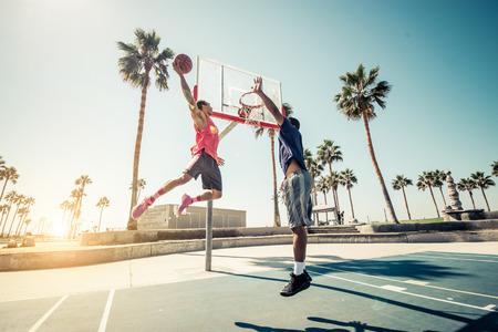 Amici che giocano a basket - afro-american giocatori con una partita amichevole all'aperto Archivio Fotografico - 65091320