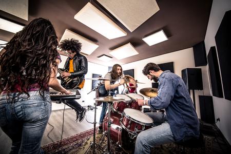 Woman beat guitar: Ban nhạc rock trong hành động