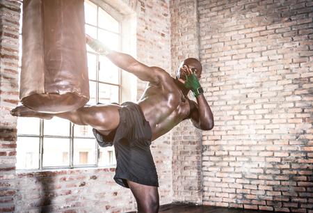 patada: luchador negro duro entrenamiento en el gimnasio de su Foto de archivo