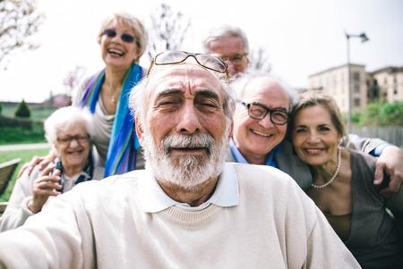 Groupe de haut en regardant dans la caméra pour un portrait