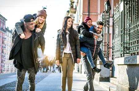 Skupina multietnických přáteli chůzi na ulici as úsměvem - Mladí lidé baví venku