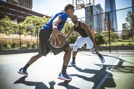 Two afroamerican athlethes playing basketball outdoors - Basketball athlete training on court in New York Archivio Fotografico
