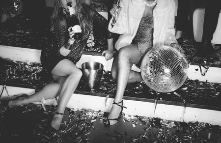 Amici che hanno divertimento in discoteca