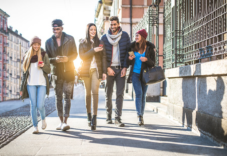 Groupe d'amis multi-ethniques à pied dans les rues et souriant - Les jeunes amuser à l'extérieur Banque d'images