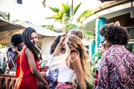 Vrienden dansen in een lounge bar, met dj set