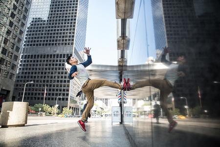 Parkour hombre haciendo trucos en la calle - corredor libre formación de su puerto acrbatic aire libre Foto de archivo - 68660974