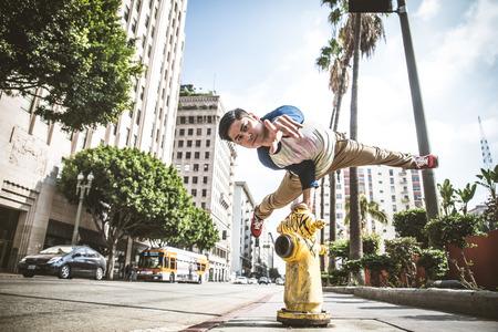 Parkour man doen trucs op straat - Gratis runner opleiding zijn acrbatic poort buitenshuis Stockfoto